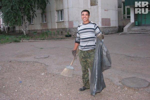 Уфимский студент зарабатывает $2000 месяц,.. подметая улицы