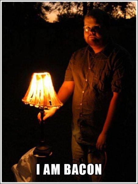 Мужик сделал лампу из бекона
