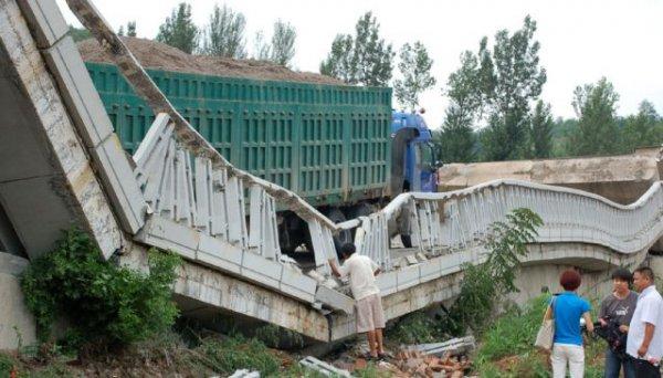 Грузовик обрушил мост в Китае