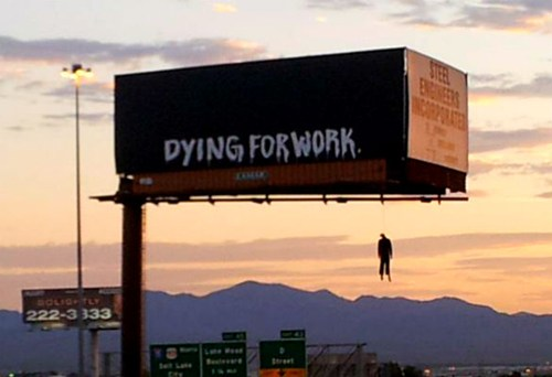 В Лас-Вегасе развесили билборды с «трупами»