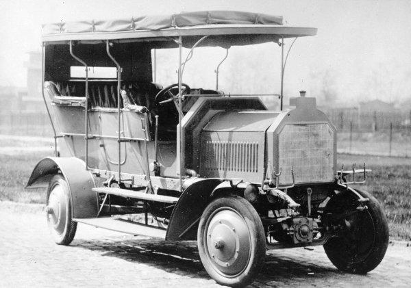 Первому внедорожнику с полным приводом – 105 лет