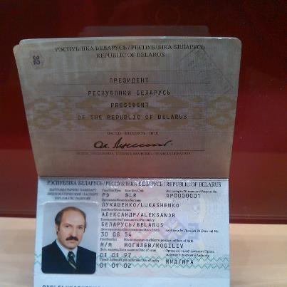 Журналистам показали паспорт Лукашенко