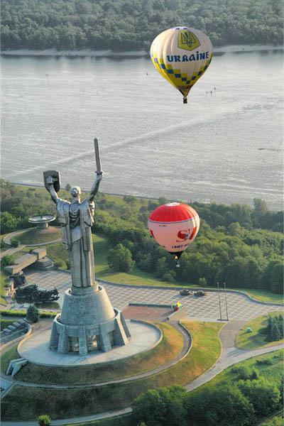 На большом воздушном шаре мандаринового цвета