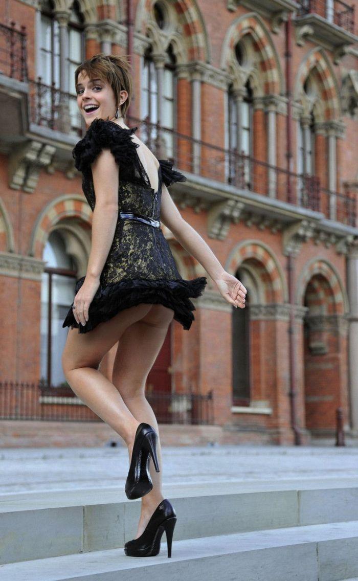 У девушек ветром платье поднимается 25 фотография