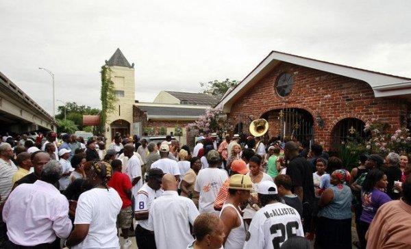 Музыкант из Нового Орлеана простоял на собственных похоронах