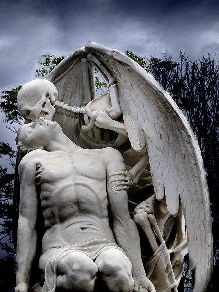 Необычные памятиники на кладбищах