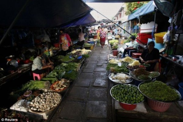 Рынок на рельсах в Бангкоке