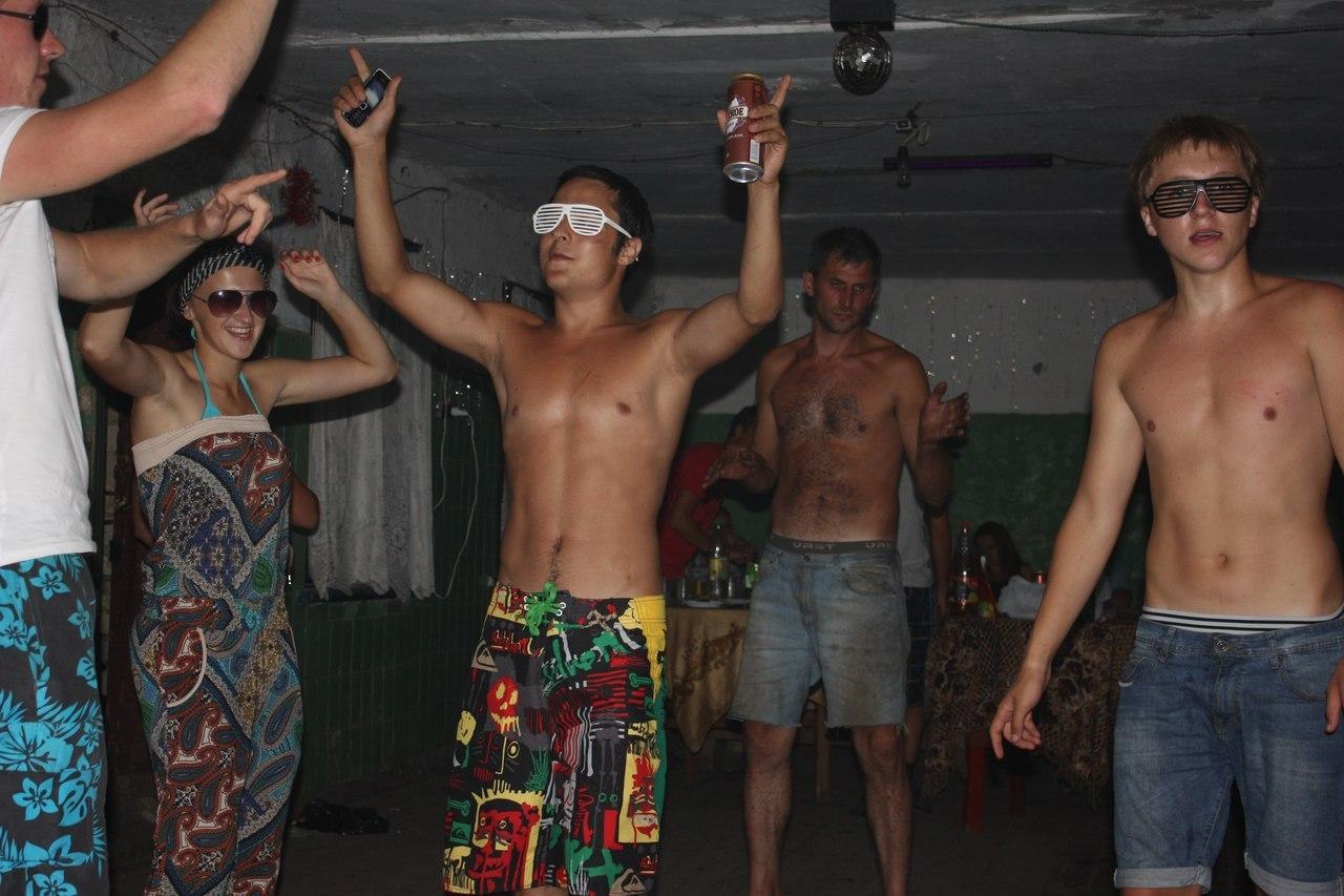 Телочки на сельской дискотеке зажигают 10 фотография