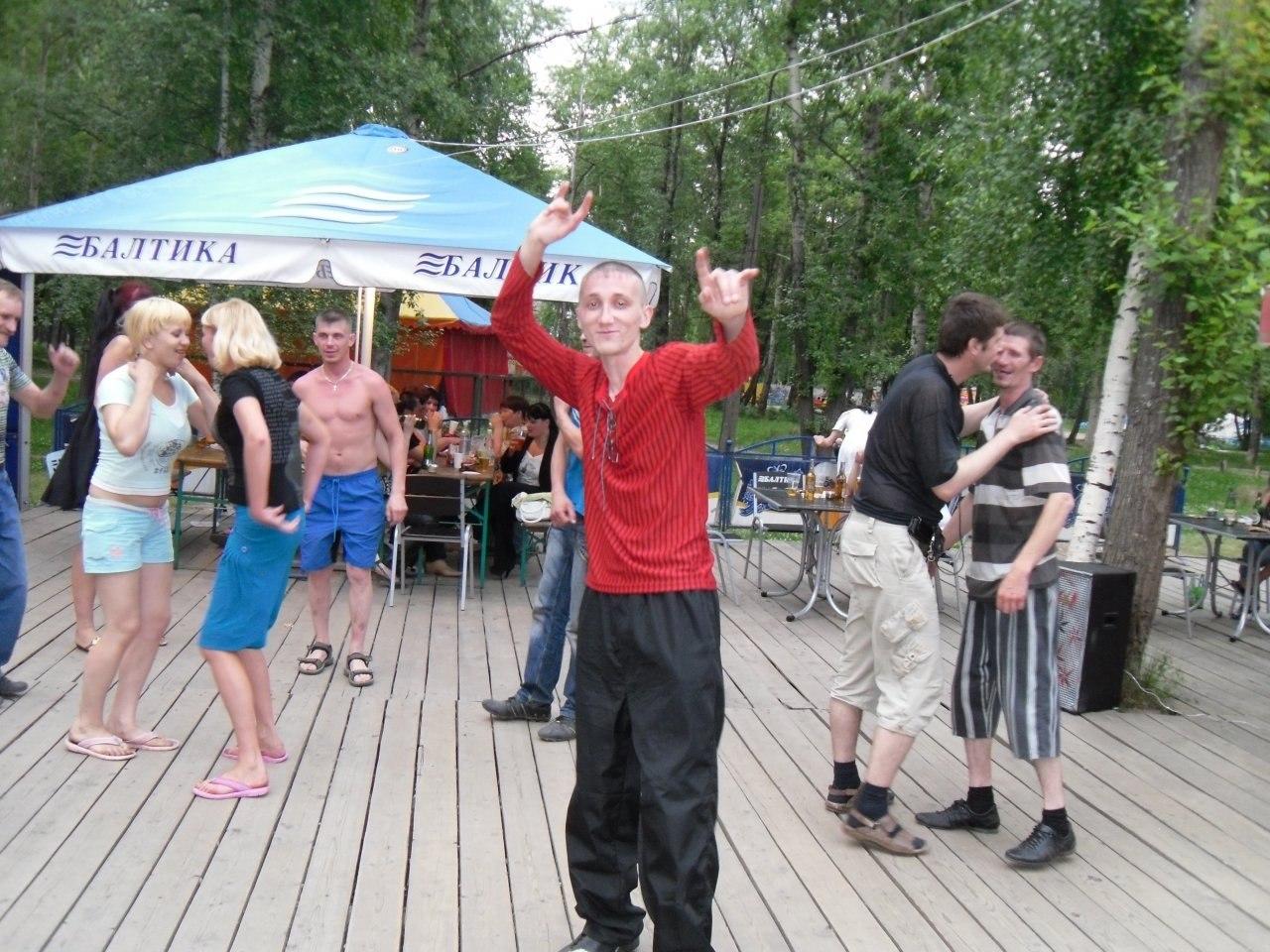 Телочки на сельской дискотеке зажигают 1 фотография