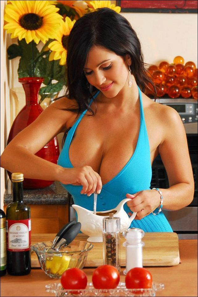 Шикарно на кухне грудастую жену перц отодрал молоденькую
