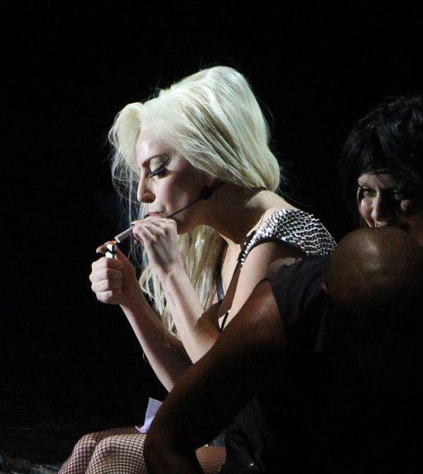 Гага скурила косяк прямо на сцене
