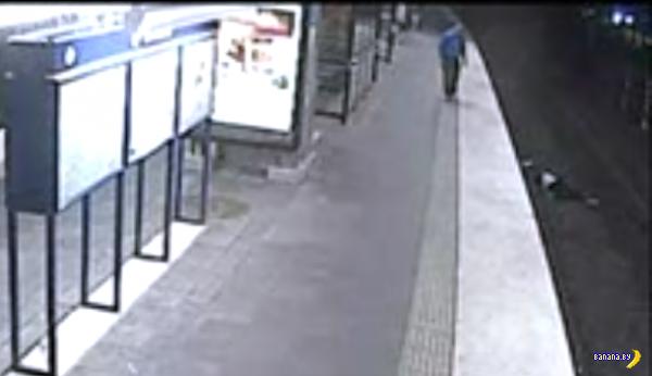 В Швеции мужчина упал на рельсы в метро, и его тут же обокрали
