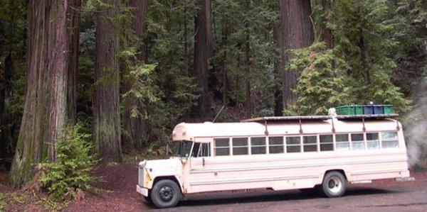 Охотничий домик из школьного автобуса