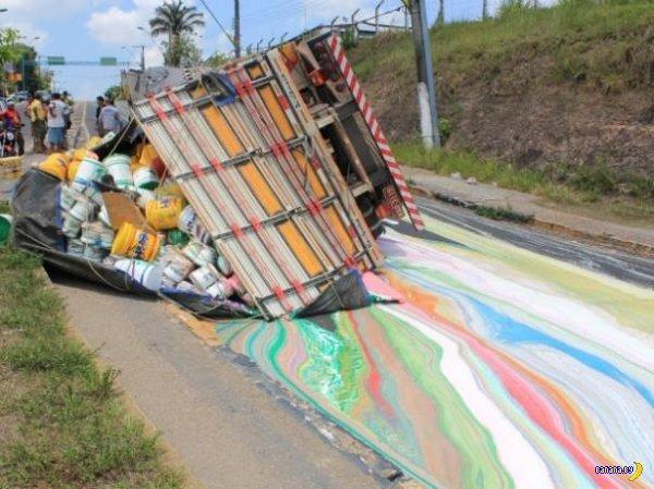 Радуга на дороге - грузовик с краской перевернулся!