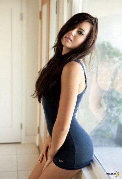 Красивые девушки в коктейльных платьях