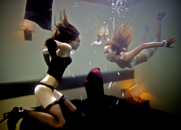 Бой подушками под водой
