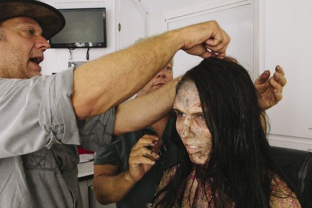 Как превратить девушку в зомби