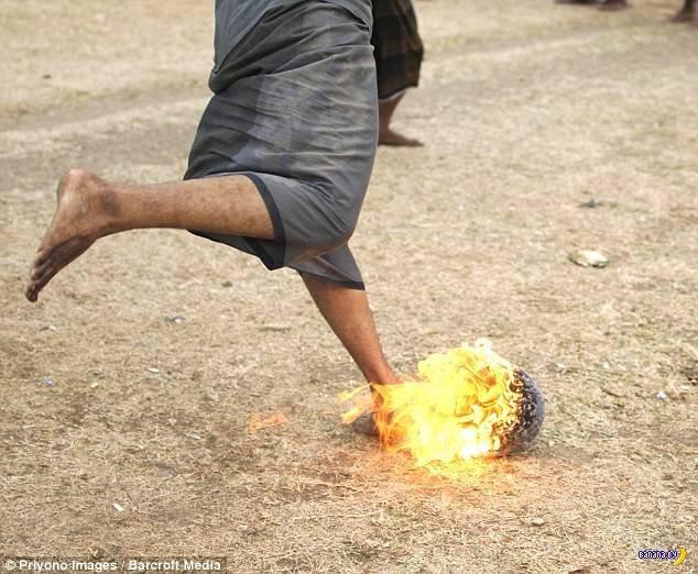 Огненный футбол в Индонезии