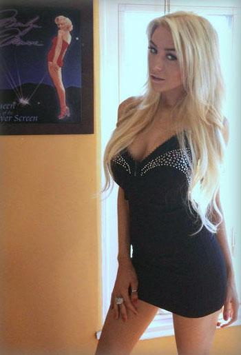 Кортни Стодден и ее фото из твиттера