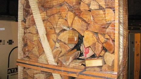 Контрабандисты переправляли сигареты в вагоне под видом дров