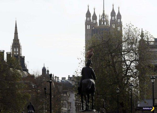 Раздетый мужик 3 часа просидел на голове статуи в центре Лондона