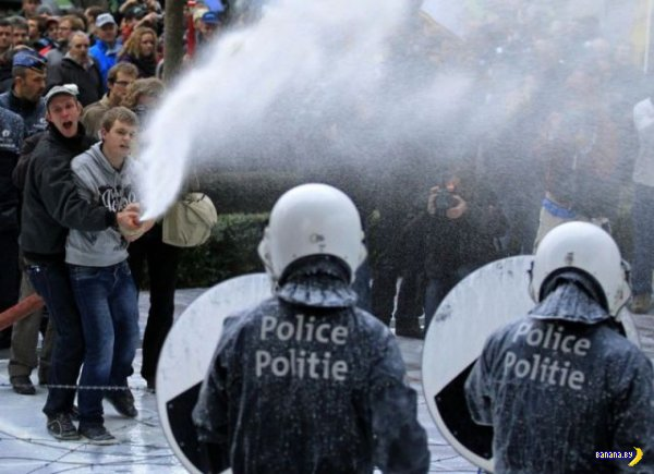 Полицию поливают молоком