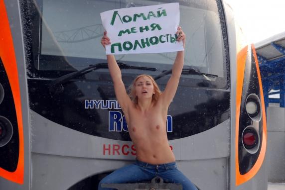 Активистки Femen провели акцию, посвященную поломкам Hyundai