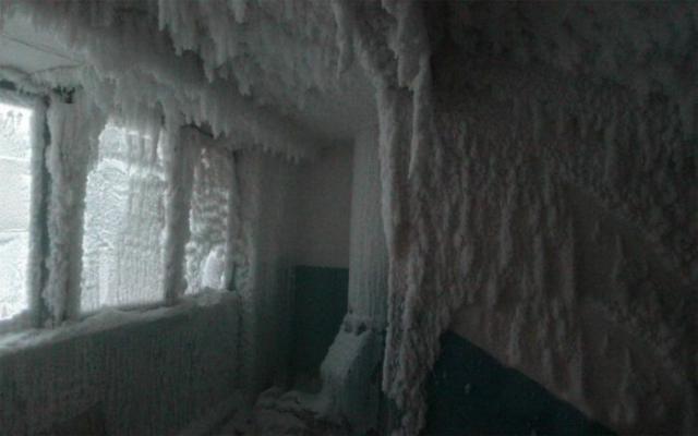 Подъезд дома при сильном морозе