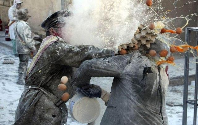 Испанцы бьют по яйцам и яйцами