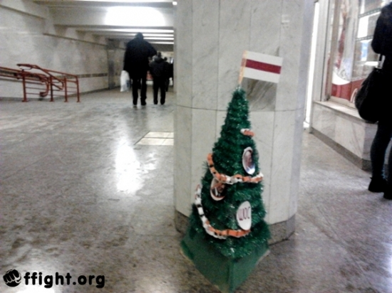 В Минском метро установили оппозиционную ёлку