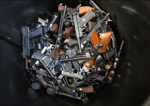 Жители Лос-Анджелеса меняют оружие на подарки от властей