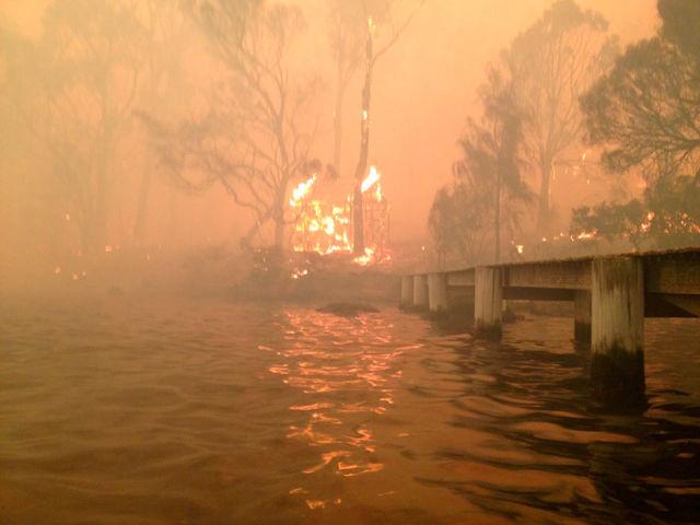 Спасение семьи от лесного пожара в Австралии