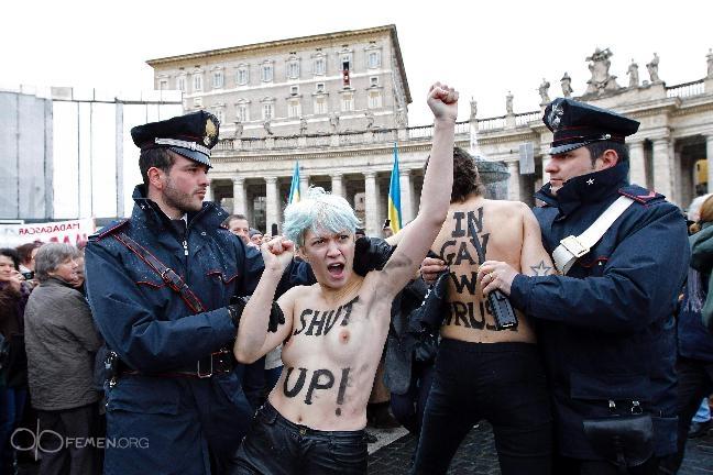 Активистки Femen сорвали воскресную мессу Папы Римского