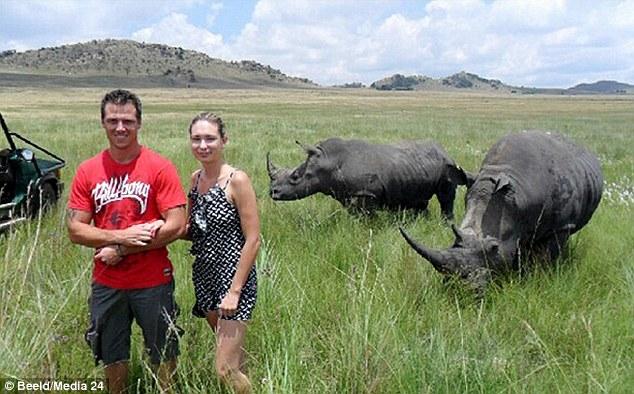 Рассерженный африканский носорог напал на туристку во время экскурсии