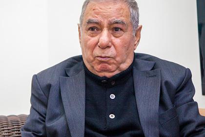 В Азербайджане объявили награду за отрезание уха писателю