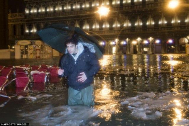 Подтопленная Венеция покрывается льдом