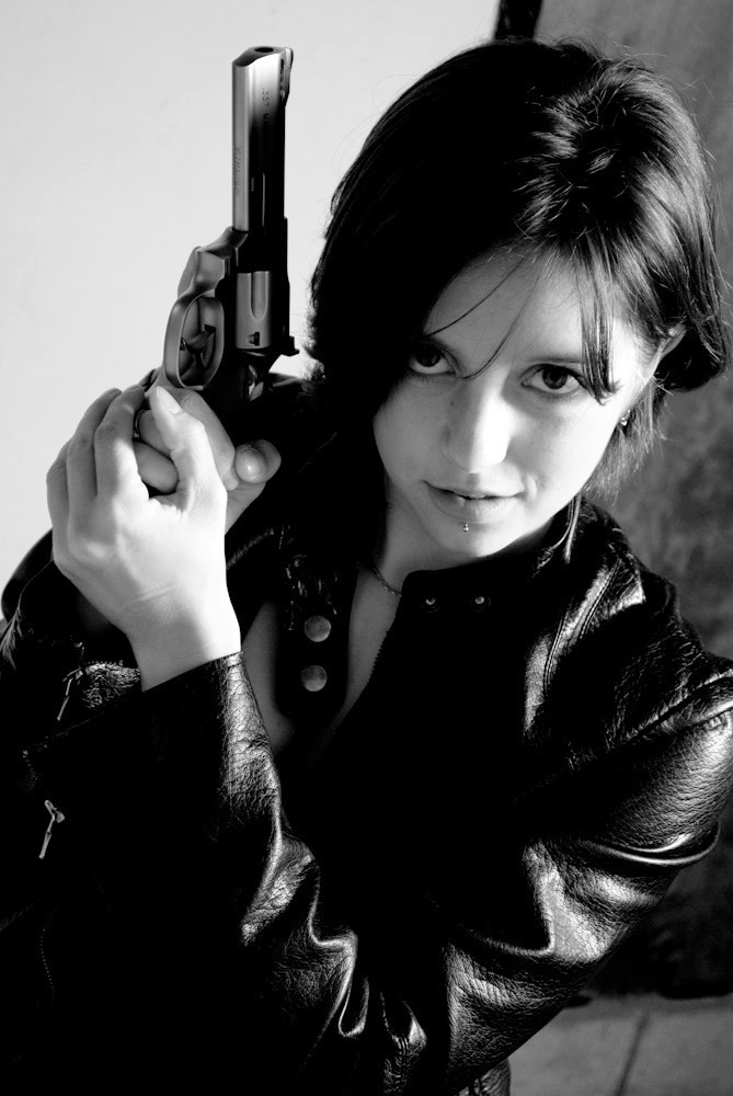 Картинки с оружием в руках девушки