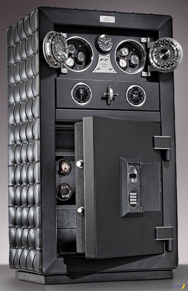 ... украли сейф помимо прочих материальных: