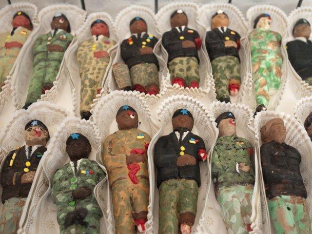 Конфеты в виде мертвых солдат с торчащими наружу кишками