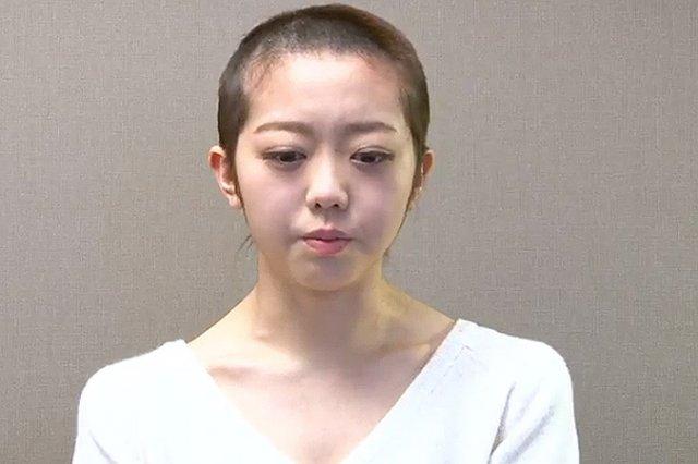 Эстрадная звезда в Японии побрилась наголо из-за ночи, проведенной с любимым