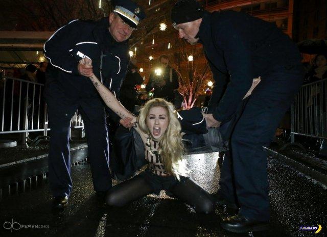 Активистки FEMEN голой грудью испортили открытие Берлинского кинофестиваля