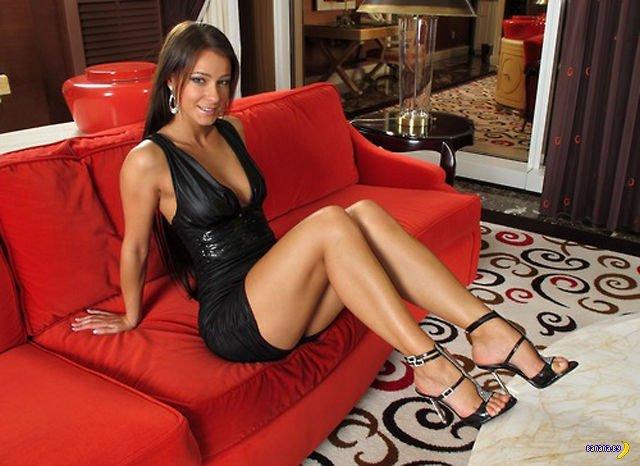девушка в красивом облегающем красном платье на диване и в чулкахфото