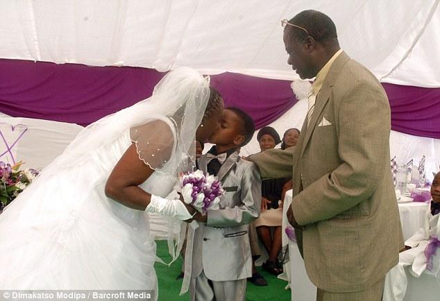 Восьмилетний мальчик женился на 61-летней женщине