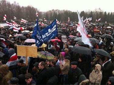 Белорусской оппозиции разрешили пройти по центру Минска