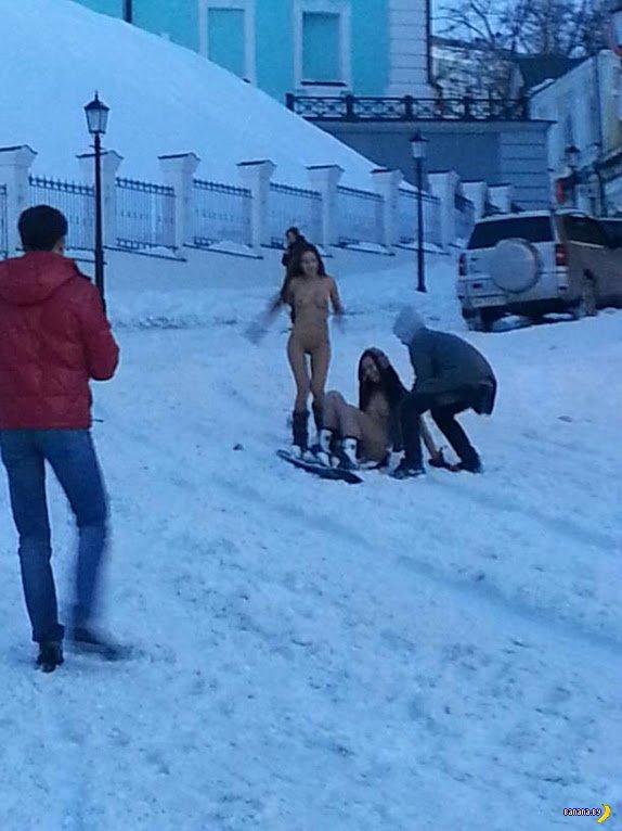А в Киеве от снега получают удовольствие