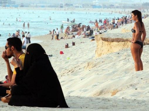 В ОАЭ запретили носить бикини на публичных пляжах