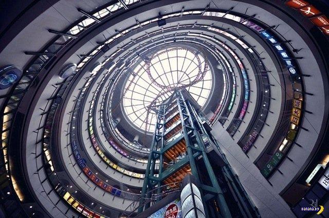 Вид на небоскребы Гонконга снизу