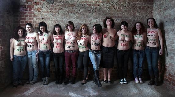 Греческие велосипедисты провели голый фото-протест в поддержку Femen.