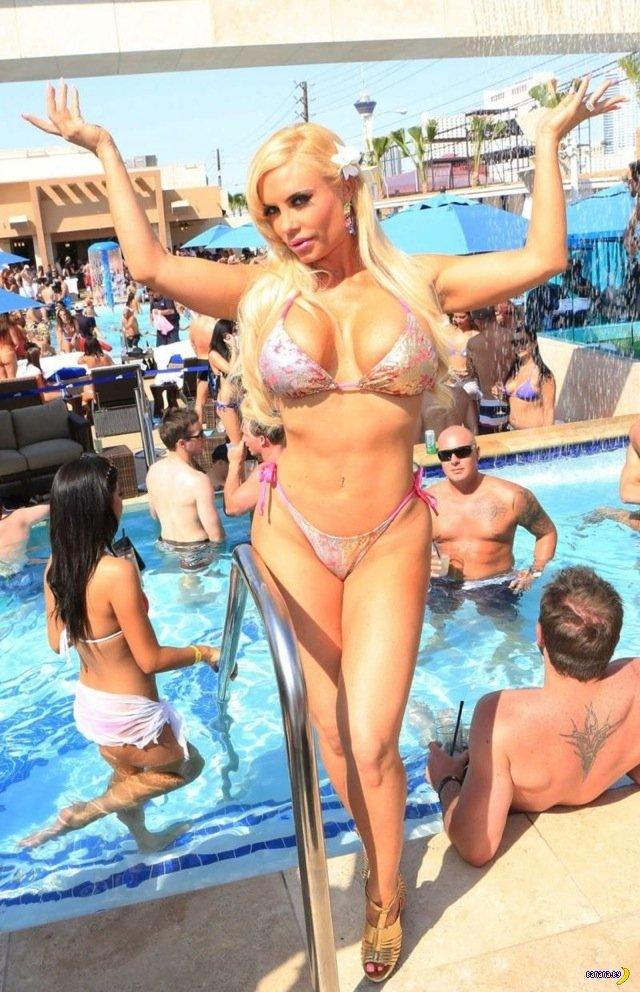 Коко Остин в Лас Вегасе с пистолетом