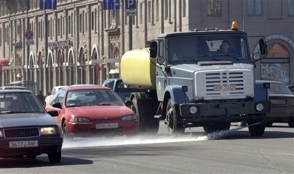 На МКАД поливочная машина изрешетила шесть автомобилей